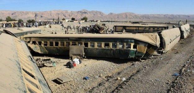 Mueren 12 personas al descarrilar tren en Pakistán