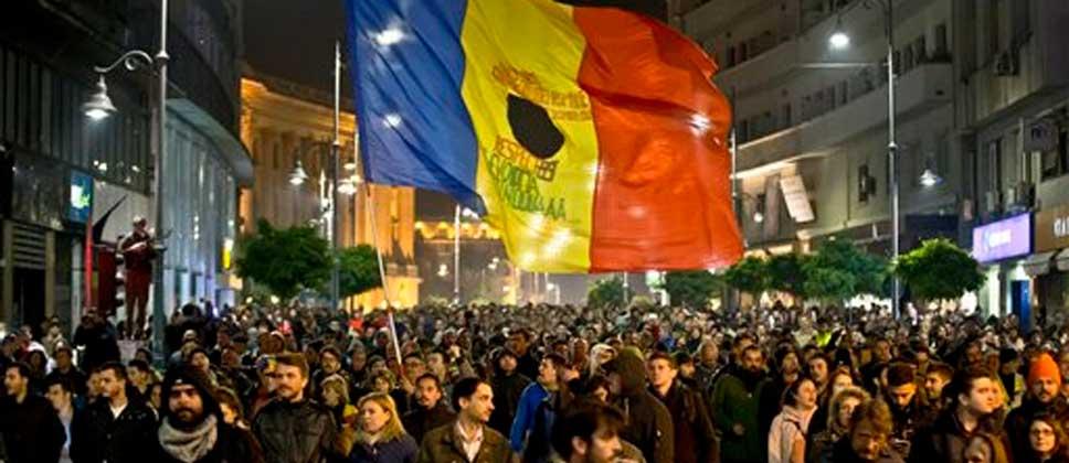 Dimite gobierno de Rumania por protestas - Foto de AP