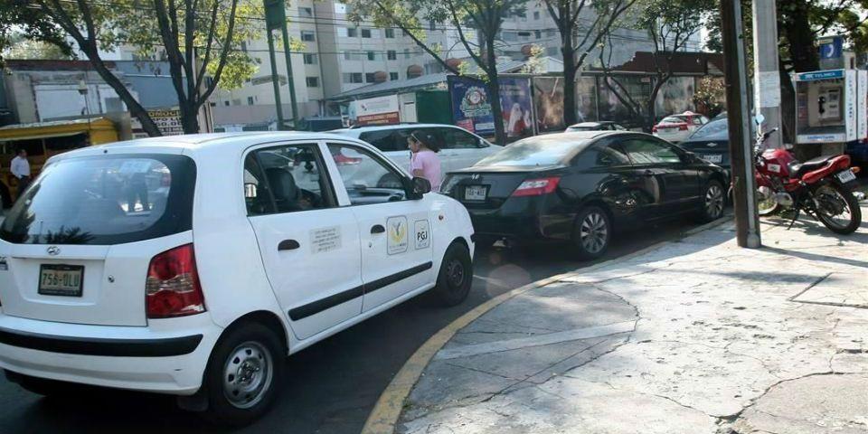 PGJDF reincide en ocupar avenidas como estacionamiento - Foto de Reforma