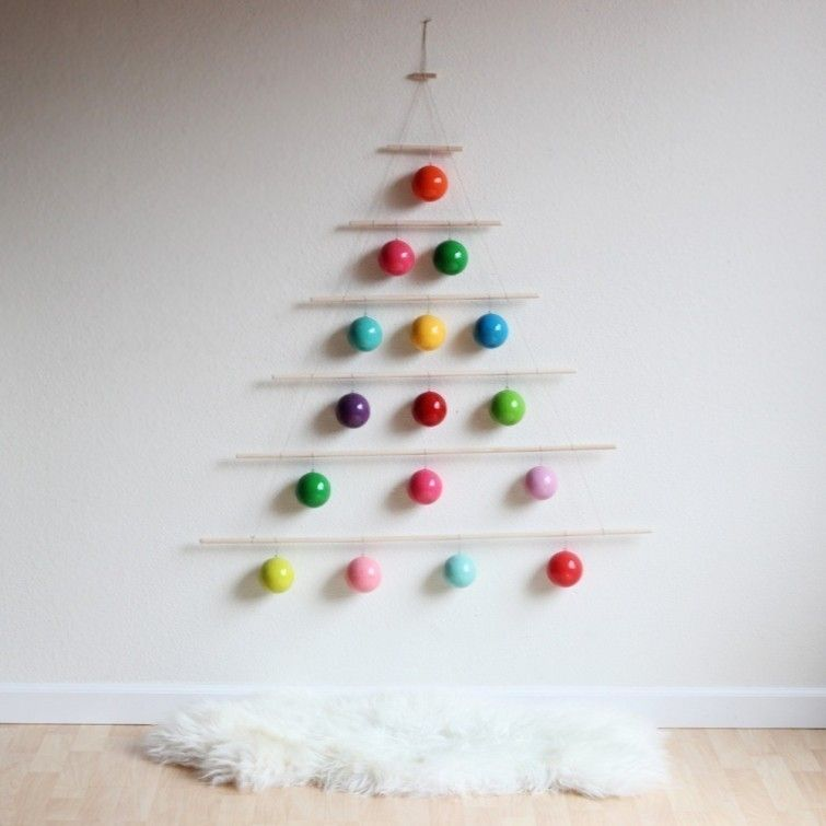 f0d4017db4d Esta propuesta original consiste en un árbol creado con varas para colgar y  decorar con lo que se te ocurra para darle el aspecto navideño.
