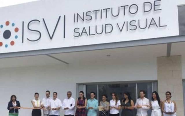 Cierran clínica en Cancún por causar ceguera a 27 ancianos - Foto de El País