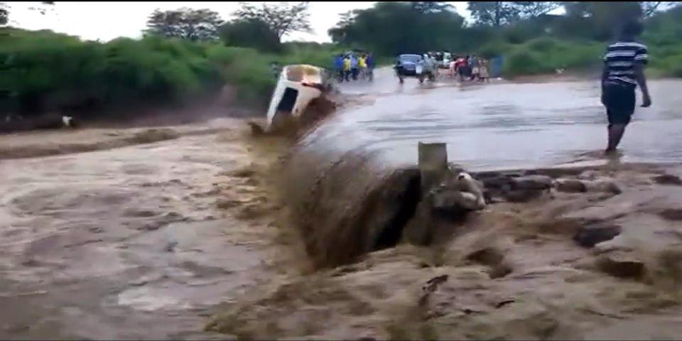 Video: conductor intenta cruzar río desbordado y salva la vida