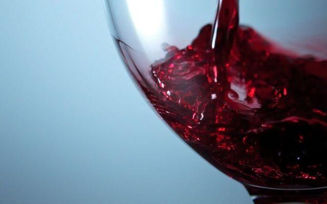 Los países que más vino consumen en el mundo - Pouring red wine