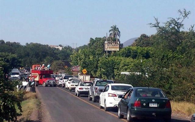 Bloquean carreteras de Tierra Caliente - Foto de Agencia Red 113