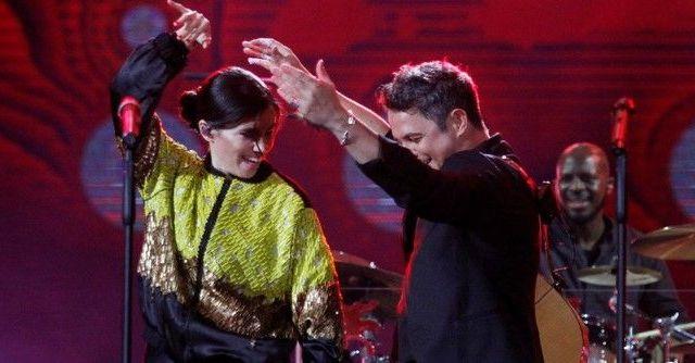 Video: cantante olvida letra de 'Corazón partío' en dueto con Sanz
