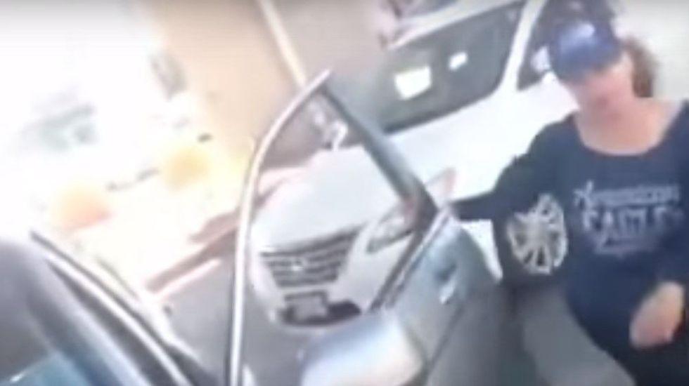 Video: choca por manejar en sentido contrario y agrede a los afectados - Foto de YouTube