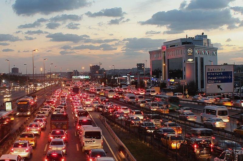 Tráfico en Estambul. Foto tomada de trekearth
