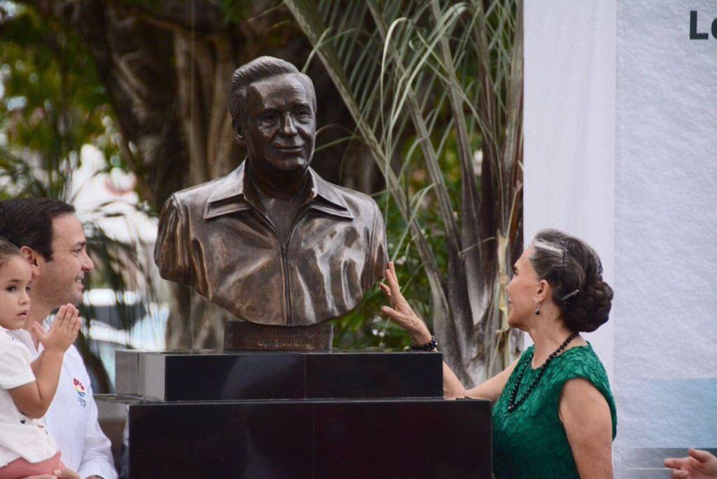 """Develan escultura de Roberto Gómez Bolaños """"Chespirito"""" en Cancún - Foto de Twitter"""