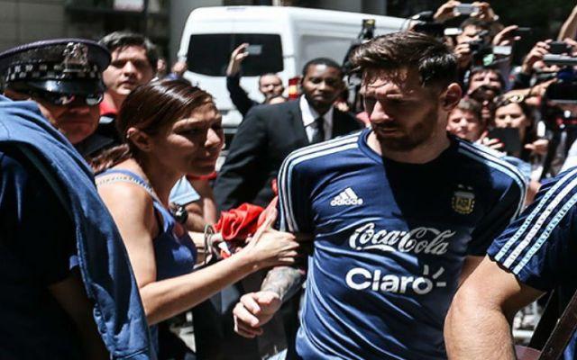 Mexicana brinca seguridad para buscar un autógrafo de Messi - Foto de Excélsior