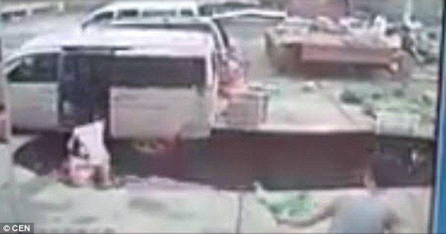 Video: pareja en China cae a un socavón formado repentinamente