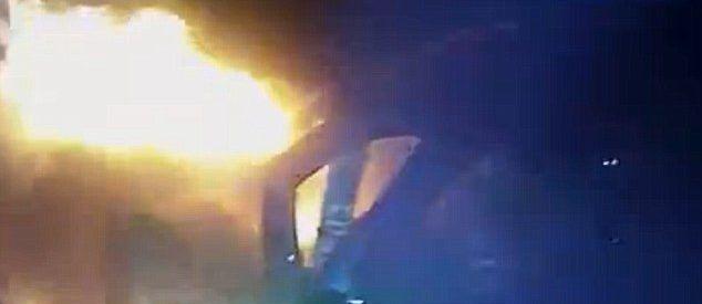 Video: policía rescata a hombre mientras su coche estaba en llamas