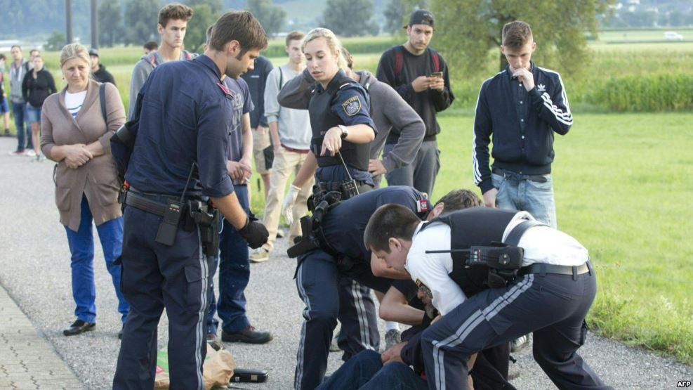 Hombre acuchilla a dos personas en un tren en Austria