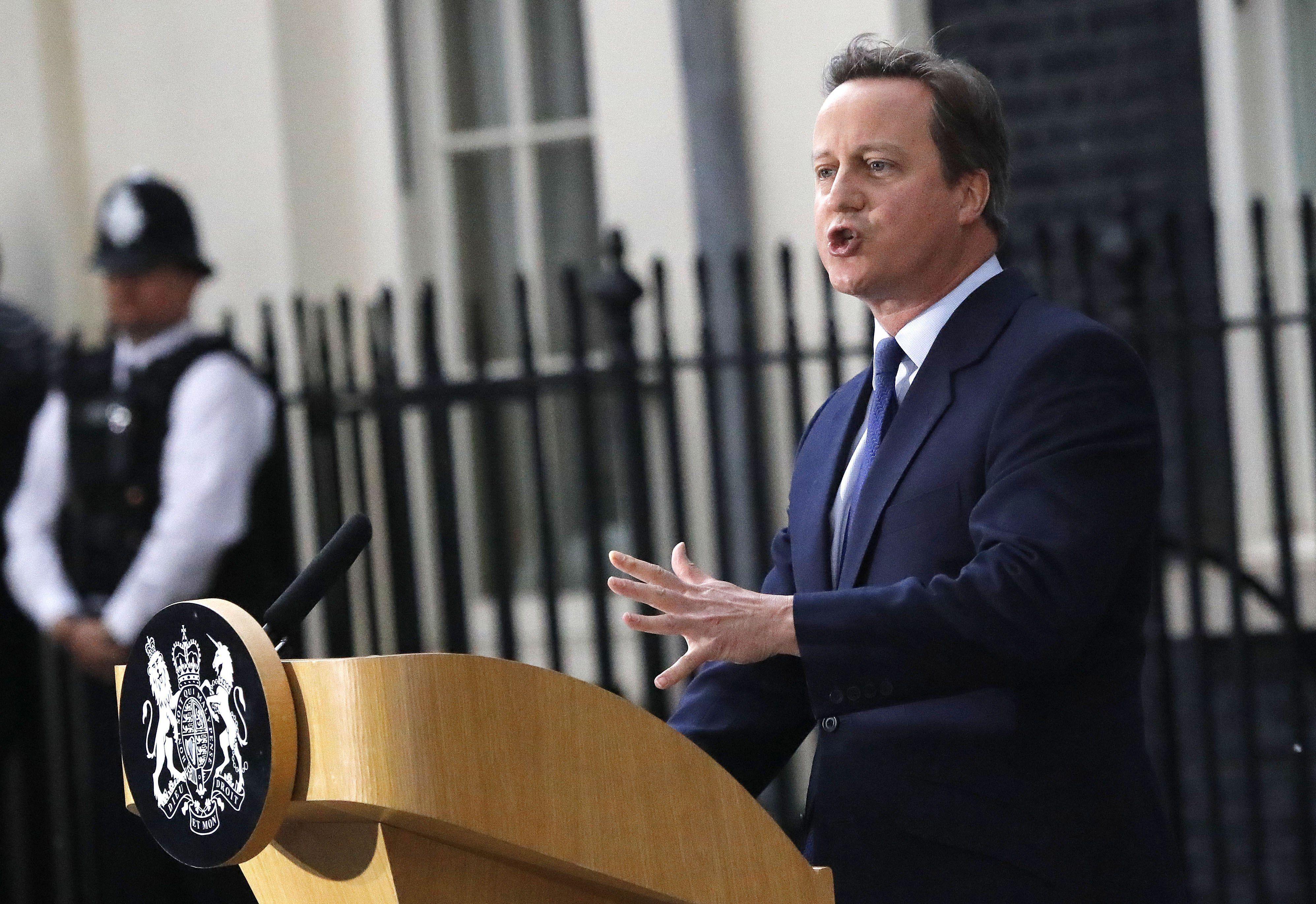 En esta foto del 13 de julio de 2016, el entonces primer ministro británico David Cameron da una conferencia de prensa afuera de sus oficinas en el número 10 de la calle Downing Street, en Londres, después de renunciar al cargo. Foto de AP.