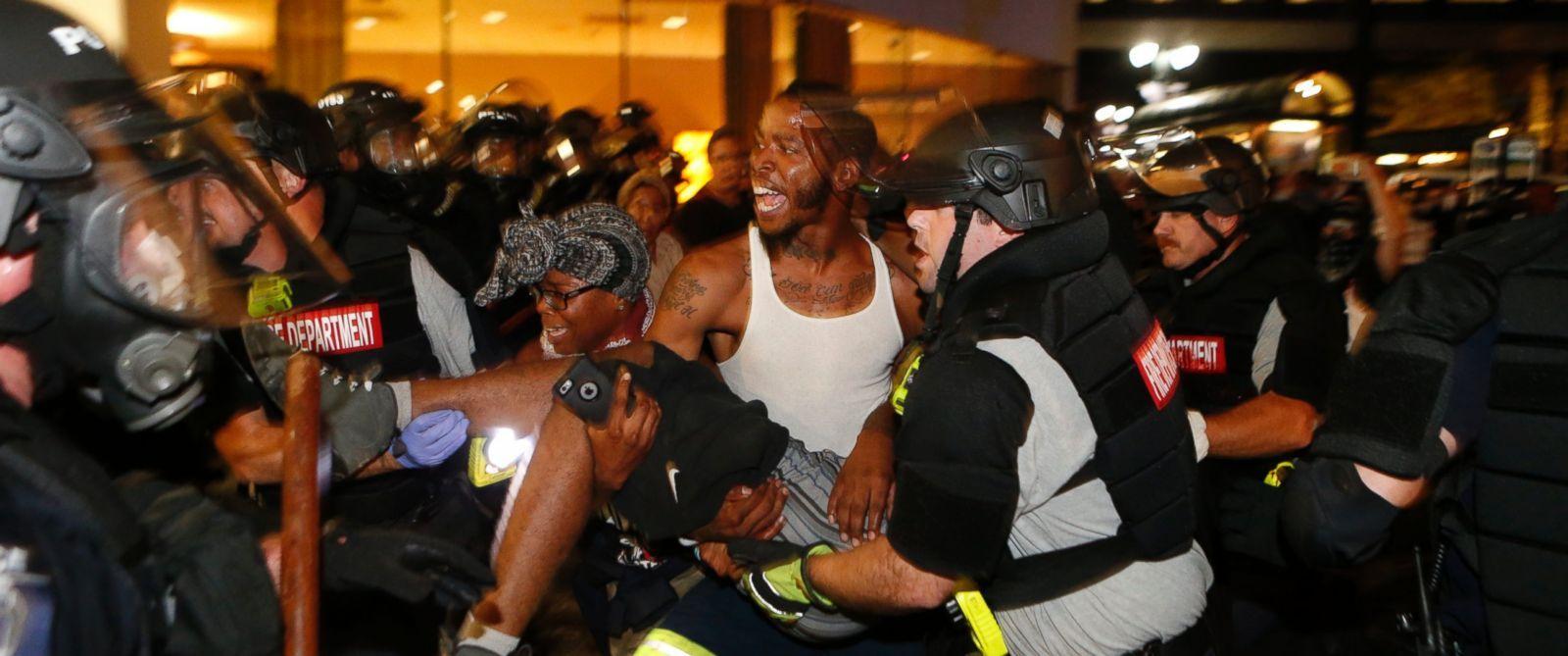 Manifestantes se enfrentan a la policía en Charlotte. Foto de ABC