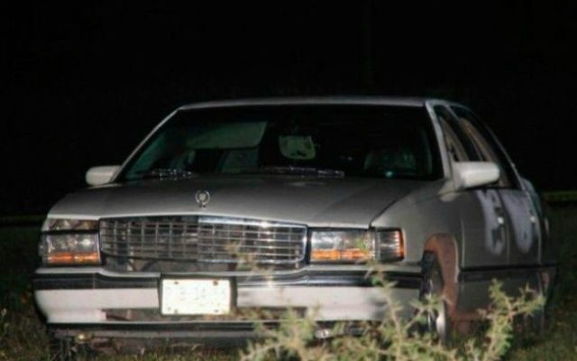 Encuentran a una pareja encajuelada en un Cadillac en Guanajuato