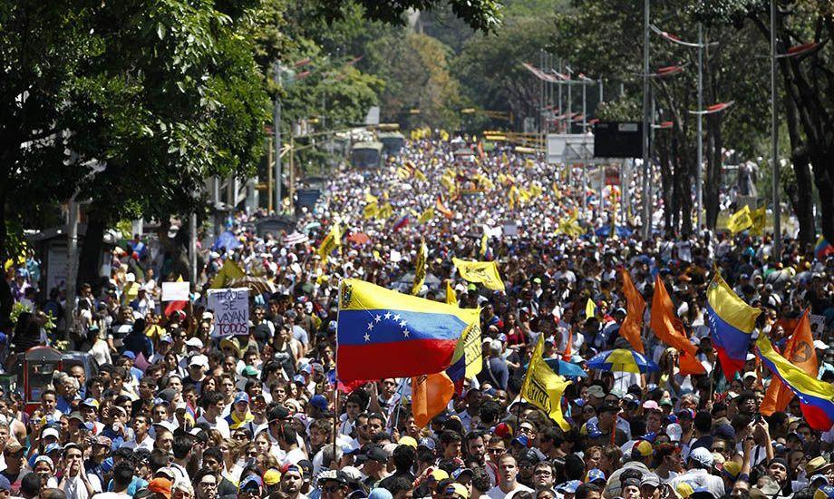 En Venezuela pesan los billetes en vez de contarlos - Opositores demostrando su desaprobación por el régimen de Maduro. Foto de AP
