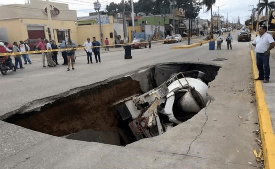 La revolvedora de concreto cayó en un hundimiento de grandes proporciones. Foto de Twitter