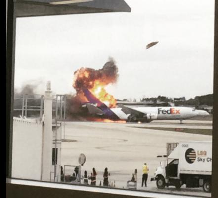 Video: en Florida se incendia avión de FedEx