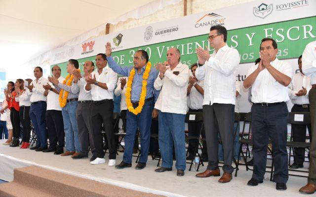 Héctor Astudillo coloca primera piedra de hospital de Petlatán