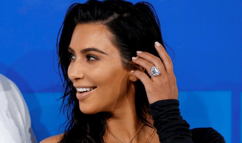 Kim Kardashian usó su anillo de 4.5 millones de dólares el mismo día que fue asaltada. Foto de Internet