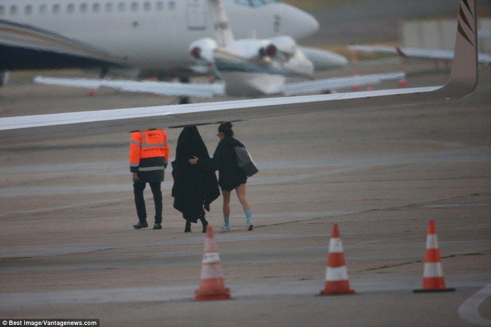 La familia Kardashian abandonó la capital francesa en su avión privado tras declarar ante las autoridades. Foto de Internet