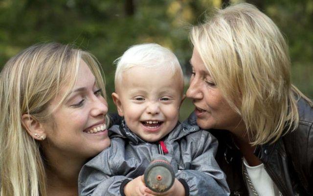 Da a luz luego de recibir el útero de su madre - Foto de Internet