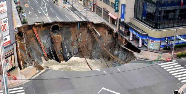 Video: se forma enorme socavón en Japón