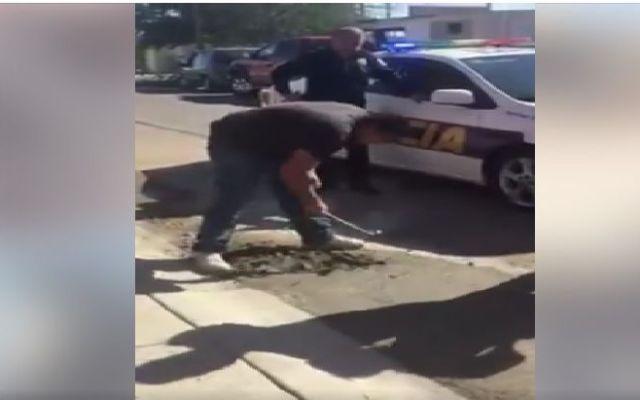 Video: policías infraccionan y obligan a destapar bache a albañiles - Foto de Internet