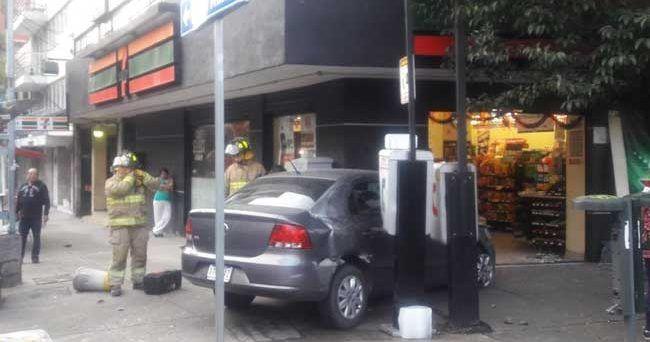 Galería: impacta coche contra 7 Eleven en la Nápoles - Foto de Excélsior