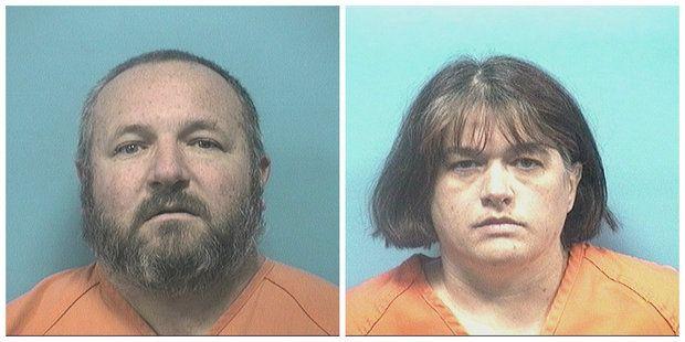 Detienen a pareja que mantuvo encerrado a su hijo por dos años - Los padres fueron detenidos, y se les impuso una fianza de 1 millón de dólares a cada uno. Foto de Internet