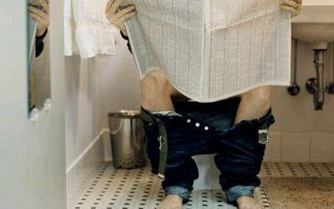 ¿Por qué se adormecen las piernas luego de estar sentados en el inodoro? - Foto de Internet