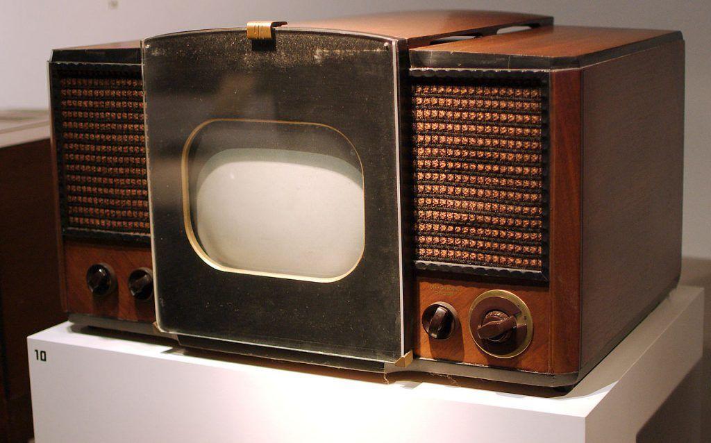 RCA 630-TS, la primera televisión electrónica producida en masa, la cual se vendió en 1946–1947. Foto de Internet
