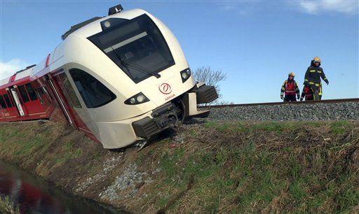 Descarrilamiento de tren en Holanda deja 18 heridos - Imagen tomada de un video en el que varios rescatistas trabajan en el sitio donde se descarriló un tren cerca de Winsum, Holanda, el viernes 18 de noviembre de 2016. (Persbureau Meter vía AP)