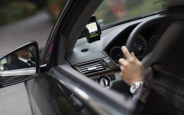 Multan a conductora de Uber por no hablar inglés - Foto de archivo