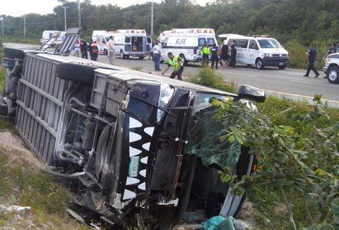 Volcadura de autobús de Xcaret deja dos muertos - Foto de Cuartoscuro
