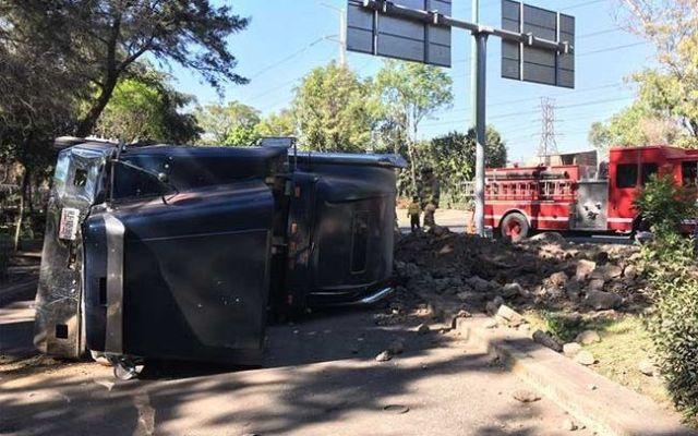 Volcadura de camión provoca caos vial en Insurgentes Norte - Foto de Excélsior