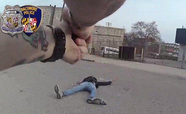 Video: policía abate a adolescente negro que le apuntó con una pistola - Foto de Daily Mail