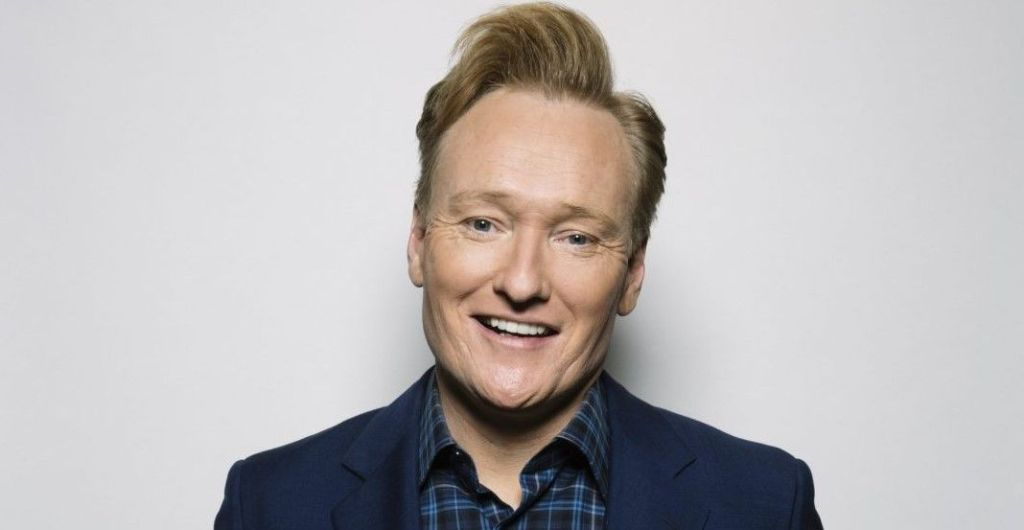 Conan O'Brien se enchiló comiendo salsa en taquería