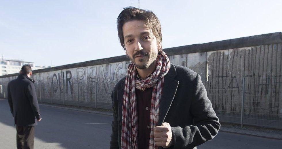 Usuarios arremeten contra VivaAerobus por atender queja de Diego Luna