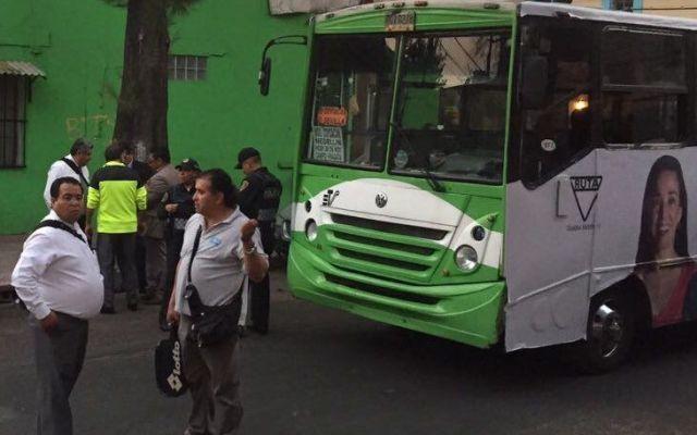 Asesinan a mujer durante asalto a un microbús en la Anáhuac