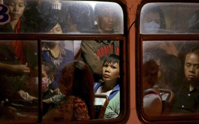 #Viral Justifican a sujeto que acosó a mujer en transporte público - Foto de AP