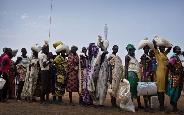 """El mundo enfrenta la peor crisis humanitaria desde 1945 - En esta fotografía tomada el miércoles 19 de octubre de 2016 y difundida por el UNICEF, mujeres que huyeron de los combates en los últimos meses hacen fila para recibir alimentos en un centro de distribución a cargo del Programa Mundial de Alimentos en Bentiu, en Sudán del Sur. Un total de 20 millones de personas pasan hambre en Sudán del Sur, Nigeria, Somalia y Yemen, y la ONU necesita 4.400 millones de dólares antes del fin de marzo para prevenir """"una catástrofe"""", afirmó el secretario general Antonio Guterres el miércoles 22 de febrero de 2017. (Kate Holt/UNICEF vía AP)"""