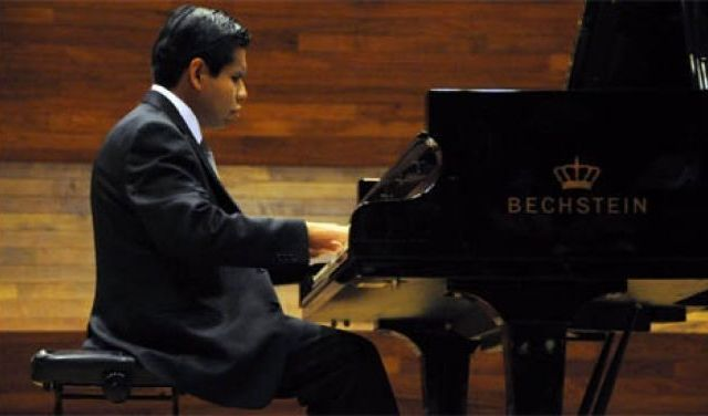 UNAM otorga licenciatura en música a alumno invidente - Foto de Notimex