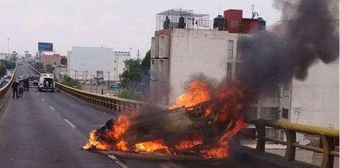 Auto vuelca y se incendia en Viaducto - Foto de Milenio