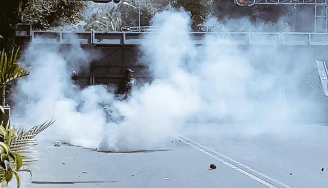Miembros del movimiento de los 43 se enfrentan a autoridades en Bucareli