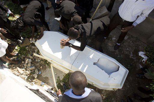Haitianos se endeudan para pagar entierros - Foto de AP