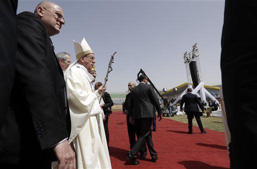 Refuerzan seguridad para misa del Papa Francisco en El Cairo - El papa Francisco en su gira por Egipto. Foto de AP