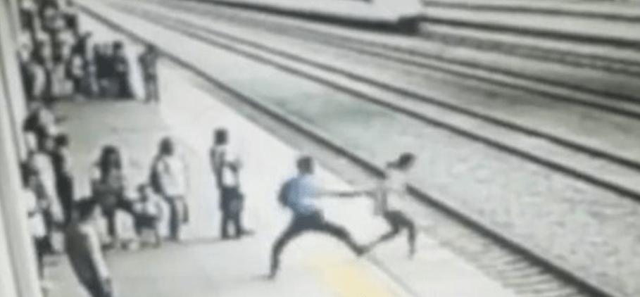 #Video Trabajador evita que estudiante se suicide en estación de tren