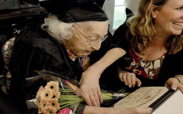 Mujer se gradúa de secundaria a los 105 años de edad - Foto de Der Spiegel