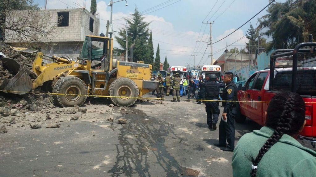 Desplome de barda deja un muerto en Iztapalapa